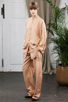 See all the Collection photos from Christophe Lemaire Spring/Summer 2014 Ready-To-Wear now on British Vogue Christophe Lemaire, Fashion Week, Fashion Show, Fashion Looks, Fashion Design, Paris Fashion, Women's Fashion, Fashion Outfits, Look Casual