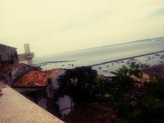 Vista da Baía de Todos os Santos com Elevador Lacerda à esquerda.