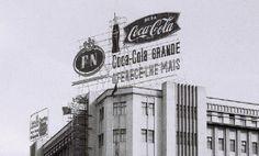 Dois anúncios iluminados no topo do Prédio Santos Gil, na Baixa de Lourenço Marques, anos 1960.