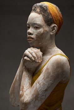 Whether it's wood or cardboard, Bruno Walpoth maintains a realism in his subjects while highlighting the texture of the materials he implements. The Italian artist's sensibility is a blend of the h… Human Sculpture, Abstract Sculpture, Wood Sculpture, Bronze Sculpture, Metal Sculptures, Contemporary Sculpture, Italian Artist, Figurative Art, Wood Art