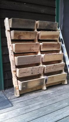 pallet ideas (9) pallet graduated planter ..love this us of space.. #pin_it @mundodascasas www.mundodascasas.com.br