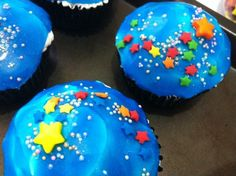 Easy party foods to try for a Miles from Tomorrowland Party: Cupcakes, Cookies, Cakes, and more. Space Cupcakes, Cute Cupcakes, Party Cupcakes, Birthday Cupcakes, Lemon Cupcakes, Strawberry Cupcakes, Cupcakes Galaxie, Cupcake Show Da Luna, Outer Space Party