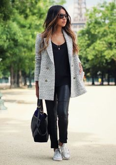 Acheter la tenue sur Lookastic: https://lookastic.fr/mode-femme/tenues/manteau-t-shirt-a-col-rond-leggings/14929 — T-shirt à col rond noir — Manteau gris — Leggings en cuir noirs — Sac fourre-tout en cuir noir — Baskets basses en toile blanches
