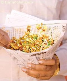 Bhel Puri a favourite street food chaat snack of Mumbai made by mixing puffed rice, sev, papadis, onions and potatoes with sweet and spicy chutneys. Indian Snacks, Indian Food Recipes, Asian Recipes, Mumbai Street Food, Indian Street Food, Puri Recipes, Rice Recipes, Veggie Recipes, Recipies