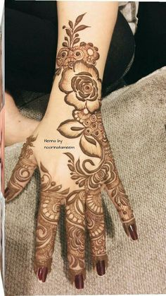 Girls paint their hands and legs with lovely and pretty new mehndi designs. These stunning mehndi designs are perfect for everybody. Rose Mehndi Designs, Latest Bridal Mehndi Designs, Khafif Mehndi Design, Henna Art Designs, Mehndi Designs For Girls, Mehndi Designs For Beginners, Stylish Mehndi Designs, Mehndi Designs For Fingers, Wedding Mehndi Designs