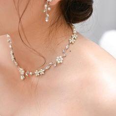 小花がかわいらしい、華奢なデザインのネックレス。 ウェディングドレスに合わせてフラワーモチーフのものを選ばれました。
