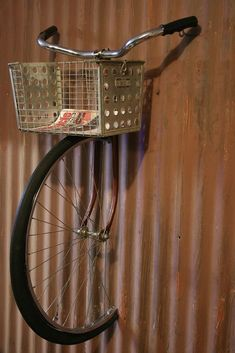 Cool Vintage bike shelf but would probably startle me each time I walked past! Bar Deco, Bike Shelf, Decoration Shabby, Bicycle Art, Bicycle Crafts, Bicycle Basket, Repurposed, Diy And Crafts, Recycling