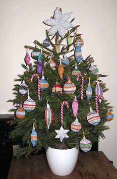 A knitting pattern for sparkly Christmas tree decorations and baubles.