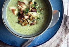 Sund og lækker cremet suppe med broccoli og kartofler - broccolisuppe smager så dejligt og er perfekt til de kolde måneder - få opskriften her
