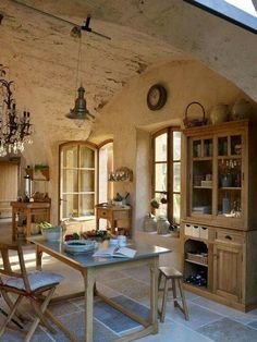 Country Kitchen Design Ideas: Some kitchens are made to be admired at a distance; country kitchens are made to be used. See the entire range of country kitchen style in this photo gallery Country Kitchen Designs, French Country Kitchens, French Country Cottage, French Country Style, Rustic Kitchen, French Farmhouse, Whimsical Kitchen, Warm Kitchen, Natural Kitchen