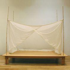 ◼︎ コレ、なーんだ?  実は、コレはベッドなんです。  ヨーガンレール、デザインのローベッド。 四方に竹を配し、天蓋付きの布団タイプの ベッドです。  正に、和洋折衷なデザインですよね?