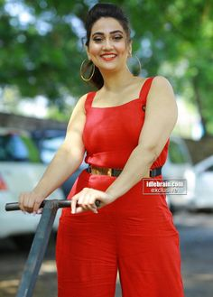 Telugu Anchor Indian Tv Actress, Beautiful Indian Actress, Beautiful Actresses, Indian Actresses, Bollywood Girls, Bollywood Actress Hot, English Dress, Kim Kardashian Show, Parineeti Chopra