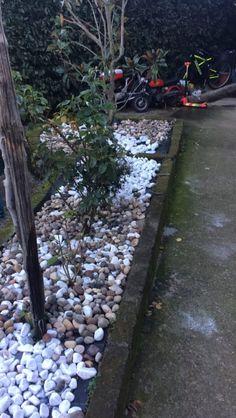 Come sistemare un piccolo giardino, Ho provato con l'erba ma non siamo riusciti a sistemarlo così ho optato per le pietre, che ne dite vi piace? http://super-mamme.it/2017/12/13/come-sistemare-un-piccolo-giardino/