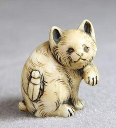 Netsuke Elfenbein Japan 19.Jh, Bär mit einem Käfer auf dem Rücken signiert, H…