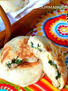 Une texture lisse, agréable des petits pains traditionnels farçis vraiment délicieux et facile à préparer pour accompagner vos chorbas et soupes et je vous recommande de tester la recette et utiliser d'autres farces au choix et le resultat sera vraiment...
