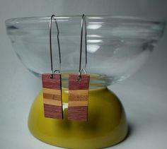 Cette jolie paire de boucle doreille est réalisée en bois damarante et de bambou. Deux couches de vernis mat ont été appliqués. Les attaches sont en