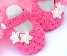 Oh I love these.. hot pink crochet baby booties <3