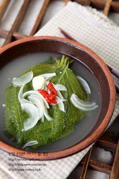 깻잎으로 물김치를 담가봤어요.와촌 노고추 어머님 깻잎김치가 그렇게나 맛있다는데...어머님 김치맛은 아... K Food, Food Menu, Best Korean Food, Korean Menu, Korean Side Dishes, No Cook Meals, Soul Food, Asian Recipes, Food And Drink