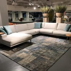 Hoekbank Matisse Cartel Living Spinde Next Zwolle Dealer - Lilly is Love Matisse, Living Room Sofa, Living Room Decor, Couch With Chaise, Minimalist Apartment, Home Trends, Contemporary Interior Design, Interior Design Inspiration, Living Room Designs