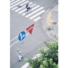 最近撮った中でのお気に入り 自分では気に入ってるけど良いって思ってくれる人いるんかな〜笑  #unsquares#pj_as_collab_red#streetphotography#snap##phos_japan_look#ink361#minimalism#indies_minimal#横断歩道#streetdreamsmag#tokyocameraclub#cools_japan#wp_japan