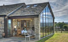 A modern glazed sun room was added to this 200 year old barn, off ering uninterrupted views over the surrounding countryside.