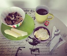 #healthybreakfast: porción de banano con #AvenaEnHojuelas de @quakercolombia y #Chía, granola de @kelloggsus con #Arándanos en leche de arroz, porción de 🧀 bajo en grasa de @alpinacol y te de #FrutosRojos de @tehindu con manzanilla Chia, Tableware, Health, Life, Arroz Con Leche, Fat, Dinnerware, Salud, Health Care