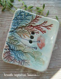 Mýdlenka keramická fLORALE / Zboží prodejce Kate Motl | Fler.cz Ceramic Soap Dish, Ceramic Plates, Ceramic Pottery, Pottery Art, Ceramic Art, Soap Dishes, Clay Projects, Clay Crafts, Clay Texture