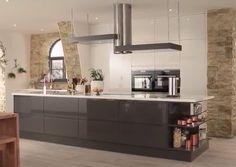 Howdens's Gloss White and Graphite Integrated Handle Kitchen Family Rooms, New Kitchen, Kitchen Dining, Kitchen Ideas, Kitchen Inspiration, Kitchen Designs, Howdens Kitchens, Handleless Kitchen, Charcoal Kitchen