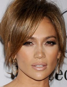 JLo's bronze make-up look is so summery! Love the lashes.