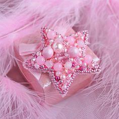 Для маленькой звездочки,крошки принцессы ,нежная #брошь в самом девочковом цвете✨. Выполнено на заказ ❤️ Размер 5.5 см Японский бисер,хрусталь,чешские бусины. #брошьспб #брошь #брошьзвезда #брошьзвездочка #розоваязвезда #брошьдлядевочки #брошьдлядочки #брошьвподарок #брошьназаказ #брошькупитьспб #брошькупить #розовый #приозерскмаргарита