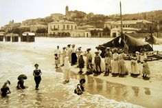 Gran's mother came from here in - Francavilla Al Mare - Abruzzo, Italy; Vrouwen op zee (women at sea)