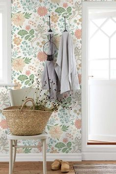 When you think of Scandinavian interior design, you often only think of white walls, minimalist decor and Ikea. Scandinavian Wallpaper, Scandinavian Interior Design, Vibeke Design, White Fireplace, Entry Tables, Bathroom Wallpaper, Minimalist Decor, Rustic Decor, Decoration