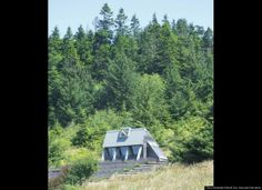 Small Green Homes - Small Eco Houses - Popular Mechanics / Small House on the Oregon Coast 325 square feet Obie G. Storage Container Homes, Container Houses, Off Grid Cabin, Energy Efficient Homes, Eco Friendly House, Oregon Coast, Oregon Usa, Large Photos, Interior And Exterior