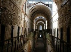 La antigua prisión estadounidense de Filadelfia, en Pensilvania, estuvo en funcionamiento desde 1829 hasta 1971 y fue una de las más importantes del país con presos ilustre como el ladrón de bancos Willie Sutton o el mismísimo Al Capone.