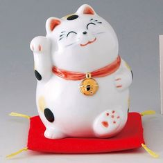Japanese Lucky Cat... reminds me of my cat Beowulf.