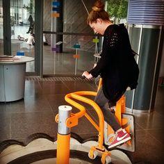 Regram from @clemence_etheridge  Faire du vélo avec une roue carrée ? Easy #espacedessciences #ChampsLibres #LaboratoiredeMerlin #Fun #Science #Friend #Rennes #Bretagne #France