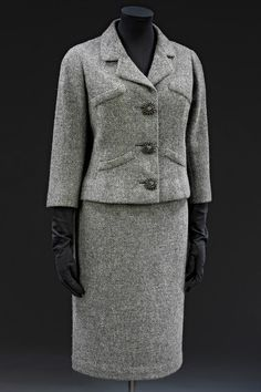Jacket and skirt suit Cristóbal Balenciaga 1954 Woollen tweed lined with silk Museum no. 1940s Fashion, Vintage Fashion, Balenciaga Jacket, Balenciaga Work, Simply Fashion, Christian Dior, Blazers, Tweed Suits, Feminine Fashion