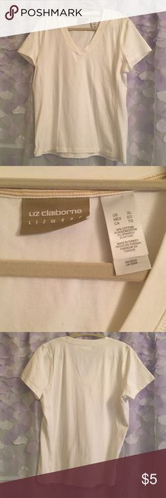 Liz Claiborne Lizwear White Tee Sz XL Never worn only washed once. This adorable short sleeve top is perfect for summer and is a wardrobe staple. This fits Small Liz Claiborne Tops Tees - Short Sleeve