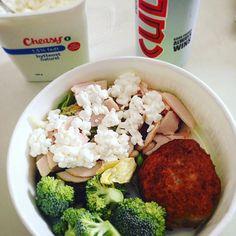 Lunch på arbejde... Var lidt i det kreative hjørne, så det blev vores hjemmelavede fiskefrikadeller, lidt bland selv salat med hytteost fra @cheasy og en pakke kyllingepålæg fra Tulip blandet i og en iskold Cult 😋👌🏻😍💪🏻💃🏼 #lunch#work#healthyfood#salat#salad#vegetables#fish#hytteost#cheasy#chicken#cult#MyDiet#fitfamdk