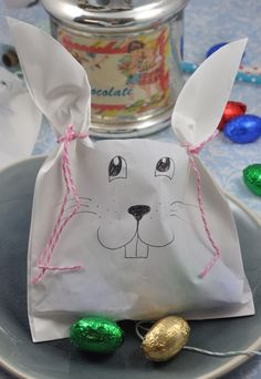 Osterhasen aus Filtertüten Perfect for the Easter table: this little DIY idea is a sweet goodie for your guests. The Easter bunnies from filter bags [. Easter Table Decorations, Music Fest, Diy Décoration, Little Red, Easter Crafts, Gift Bags, Easter Bunny, Party Favors, Diy And Crafts
