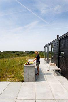 Outdoor kitchen_summer house in Denmark by Kontur Arkitekter Outdoor Rooms, Outdoor Gardens, Outdoor Living, Indoor Outdoor, Modern Outdoor Kitchen, Outdoor Kitchens, Diy Kitchens, Casa Patio, Casas Containers