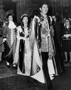 Prinz Charles, untypisch mit Schnurrbart, geht durch das Kirchenschiff der Westminster Abbey nach der Installation ihn als großen Meister der meisten Ehren Auftrag des Bades am 28. Mai 1975. Im Anschluss an ihm ist seine Mutter, Königin Elizabeth II, der die Zeremonie durchgeführt wird, das war auch der 250. Jahrestag der Bestellung.