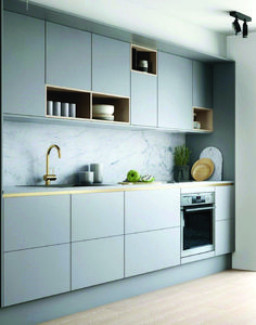 Cocina gris suave con detalles en latón y madera . Weiche graue Küche mit Akzenten aus Messing und Holz Cocina gris suave con detalles en latón y madera. Grey Kitchen Cabinets, Kitchen Backsplash, Kitchen Grey, Backsplash Ideas, Brass Kitchen, Grey Backsplash, Kitchen Hardware, Kitchen Counters, Minimalist Kitchen Cabinets