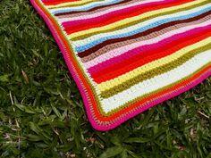 Colcha em crochet feita com fio de lã de primeira qualidade, muito colorida e versátil, use na cama, sofá ou poltrona, para alegrar e aquecer sua casa, também na opção com linha. Está peça mede 1,70 x 1,40. R$ 350,00