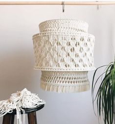 Ideas bonitas con macramé - Muero de amor por la deco Lantern Chandelier, Pendant Chandelier, Lanterns, Macrame Art, Macrame Design, Christmas Diy, Craft Projects, Weaving, Ideas Bonitas