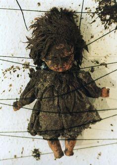 Chiharu Shiota, Bondage [Postfuhramt, Berlin], 1999
