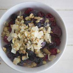 Paleo Kokos Macadamia Crunch Müsli mit frischen Beeren | creme guides