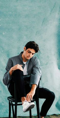 The former Fosters actor stars in two huge Netflix rom-coms this summer. actors Noah Centineo Talks His New Netflix Films, Camila Cabello, And Why He's A Hopeless Romantic Beautiful Boys, Pretty Boys, Beautiful People, Nice Boys, Fangirl, Lara Jean, Mein Style, Celebs, Celebrities