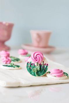 Quer aprender a fazer suspiros de verdade??? Mini Pavlova, Desserts, Food, Swiss Meringue, Gourmet, Tailgate Desserts, Deserts, Essen, Postres
