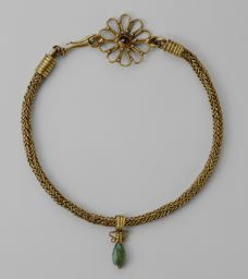 Roman-Necklace with Pendant, century A. Gold, garnet & emerald Length: cm in. pendant: h.) Art Institute Chicago Gift of Henry H. Getty and Charles L. Ethnic Jewelry, Jewelry Art, Gold Jewelry, Fashion Jewelry, Jewelry Design, Gold Necklace, Necklace Set, Ancient Jewelry, Antique Jewelry